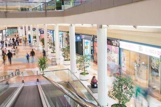 22c76fb9e8 Centro Comercial Los Prados | Acceso desde aparcamiento: fotografía ...