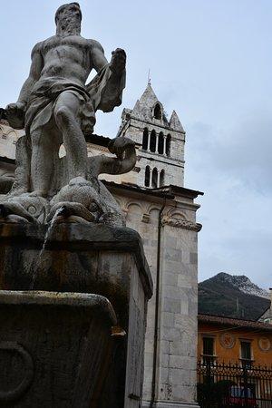 Carrara, Italia: Statua del Gigante ed il campanile del Duomo
