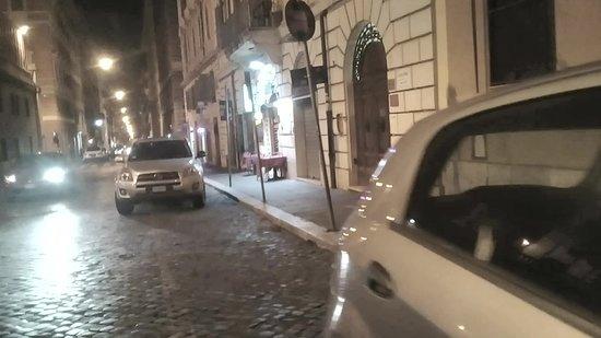 Mosaic Central: Calle del hotel (se ve la puerta a la derecha)