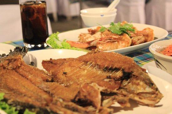 Meekaruna Seafood Restaurant: เมนู: ปลากระพงทอดน้ำปลา และกุ้งซอสมะขาม