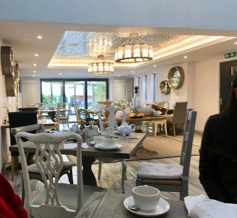 Alderminster, UK: Setting for breakfast, spot the elephant tea pot!