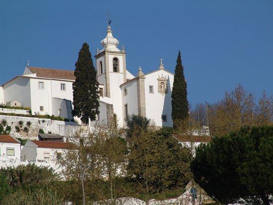 Alenquer, Portekiz: Do alto de uma colina, o convento de S. Francisco domina a paisagem