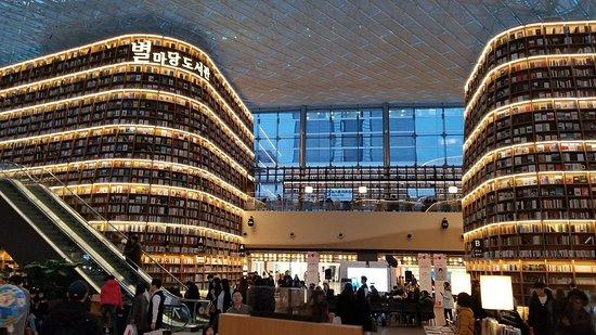 星広場(ピョルマダン)図書館
