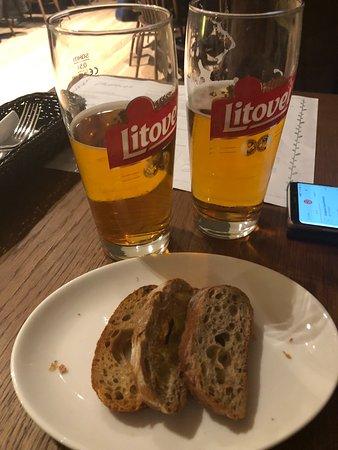 Radomsko, Польша: Piwo litovel i pieczywo czosnkowe