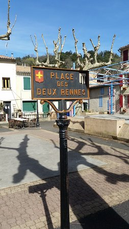 Rennes-les-Bains, Prancis: The square where the Cafe is located