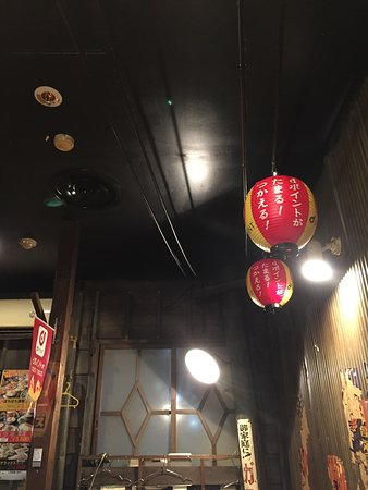 Okonomiyaki Bochibochi Kawasaki west entrance: レトロな内装の様子