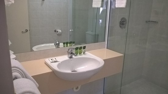Paihia Pacific Resort Hotel: Bathroom is a good size