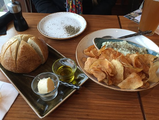 The Attic at Salish Lodge & Spa: Sourdough bread with amazing Salish Honey butter and homemade chips