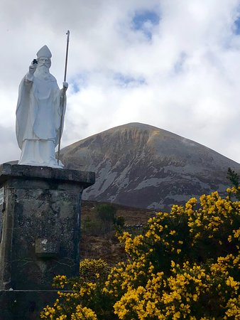 base of the mountain is a statue of st patrick メイヨー州 croagh