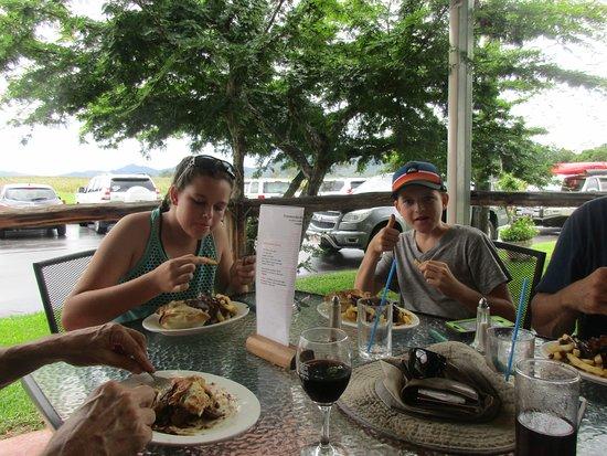 Pinnacle, أستراليا: The grandchildren enjoying their pies.