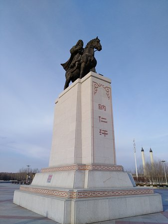Songyuan, Chine : Genghis Khan statue in the middle of the park