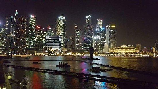 A walk around Singapore at night