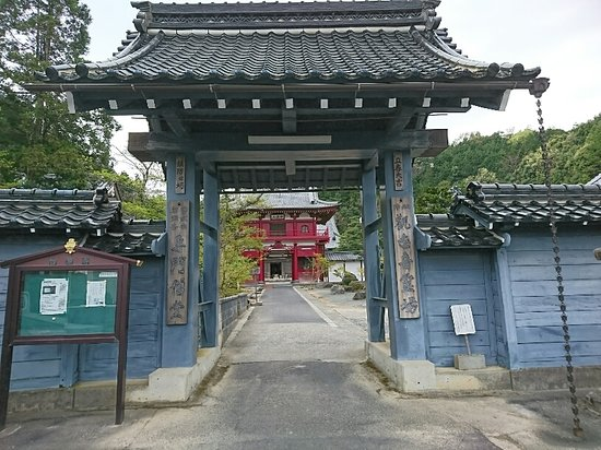 Miyazu, Japan: 奥には立派な山門が見えます