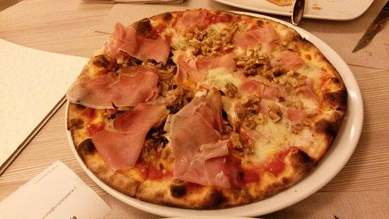 Casnate Con Bernate, إيطاليا: Giropizza al King a Casnate con Bernate_pizza con speck e noci