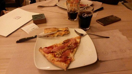Casnate Con Bernate, إيطاليا: Giropizza al King a Casnate con Bernate_pizza con speck e noci e Coca Cola