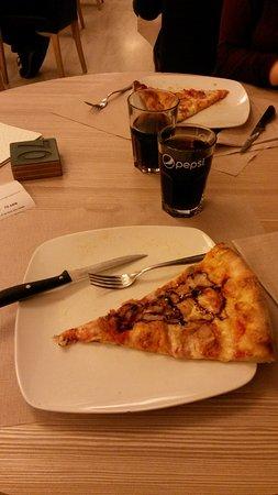 Casnate Con Bernate, إيطاليا: Giropizza al King a Casnate con Bernate_pizza con aceto balsamico e Coca Cola