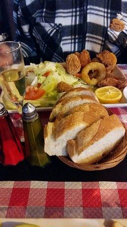 Beaulieu-sur-Loire, France: friture de calamars, crevettes et poisson