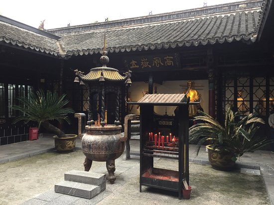 Hefei, Kina: Front courtyard of the Bao Gong memorial temple