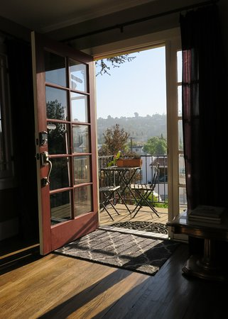 Los Feliz Lodge: Small porch with table & chairs.