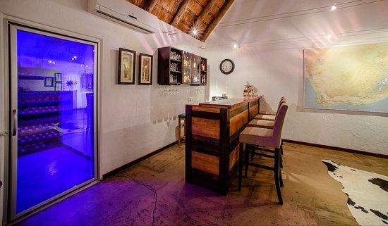 Needles Lodge: Guest bar & wine cellar
