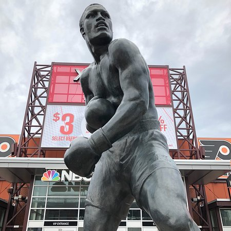 ‪Statue of Joe Frazier‬