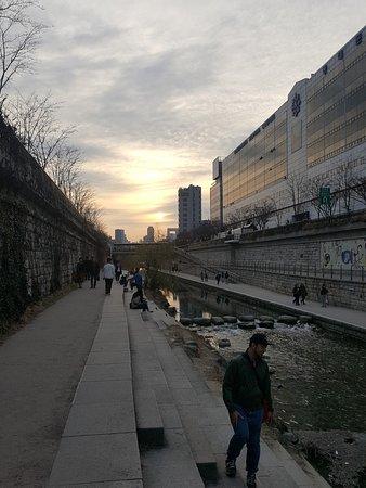 Cheonggyecheon Stream: More sunset view