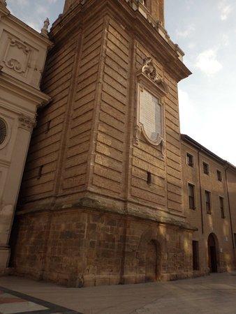 La Seo del Salvador: Restos románicos de la torre de La Seo, unión de pasado y presente.