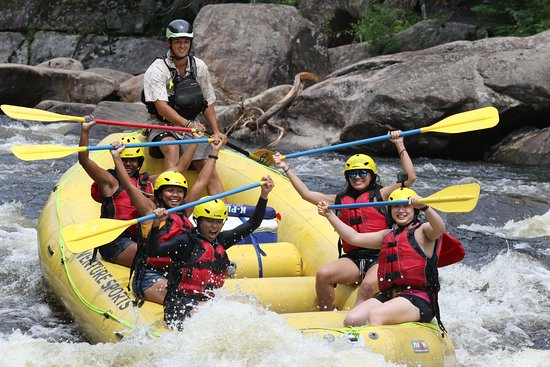 Indian Lake, Nowy Jork: Girl power!  Cruising through the Narrows, a favorite section of rapids!