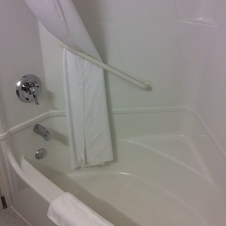 Yuba City, CA: We'd heard some negative things about this hotel, but these pix show how clean the bath in our r