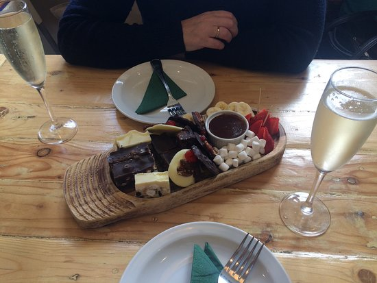 Goring-on Thames, UK: Chocolates and Prisecco
