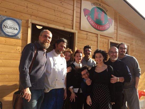Ristorante Guaita S. Eutizio: Noi insieme ad Anita e Domenico davanti all'ingresso del nuovo ristorante