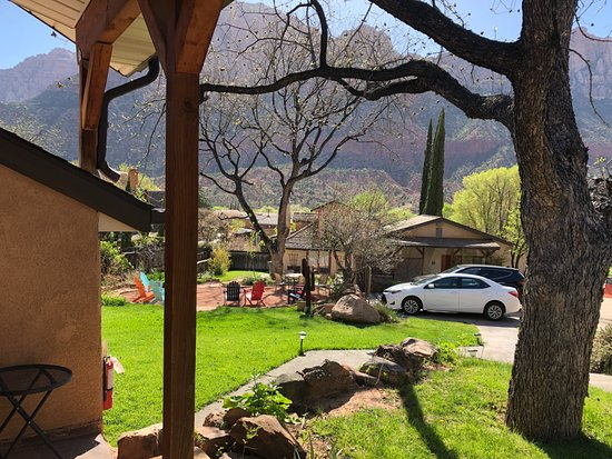 Red Rock Inn Bed and Breakfast Cottages: Unbelievable views from patio, lovely grounds
