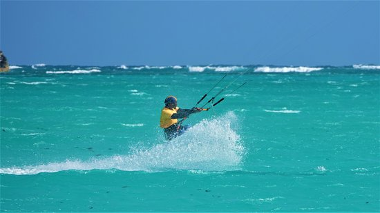 San Salvador Kitesurfing Instructor Crusing