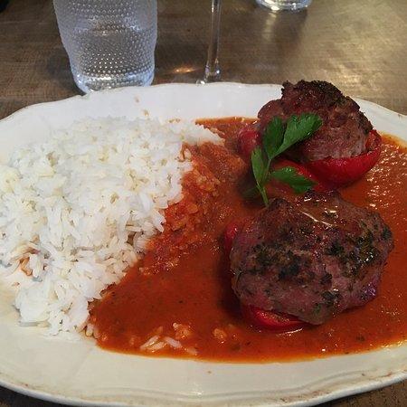 Flandes, Bélgica: Gevulde paprika met tomatensalsa en rijst was dagschotel. Dessert was mini dame blanche.