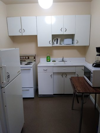English Bay Hotel: Large, clean kitchen!