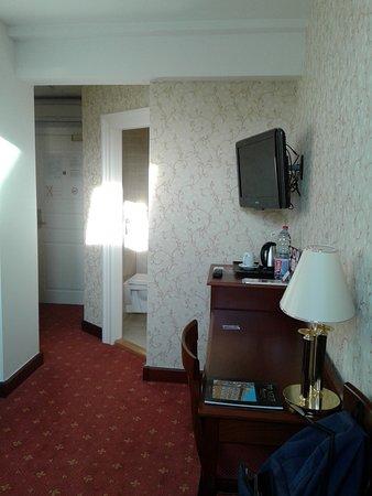 Rott Hotel: habitación 419 desde el fondo hacia la entrada y cuarto de baño