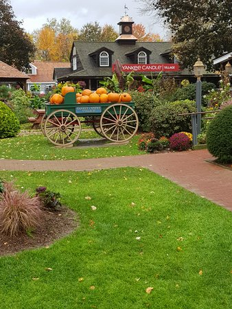 South Deerfield, MA: Pumpkin cart at Yankee Candle
