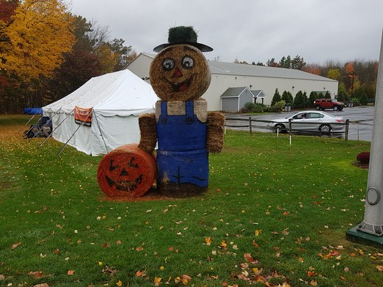 South Deerfield, MA: Scarecrow outside in Yankee