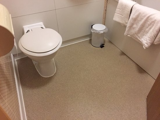 Strensham, UK: Second night in better bathroom with floor replaced