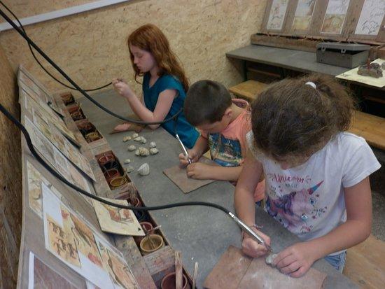 Saulges, Prancis: dégager découvrir un vrai fossile
