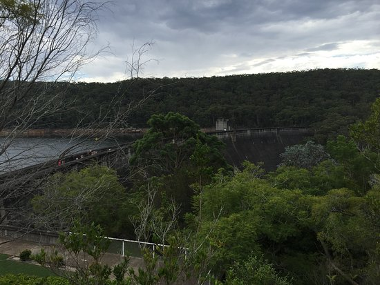 Woronora, Australien: View at top before heading downstairs to walk on Dam Wall