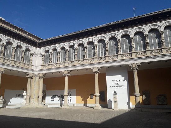 Museo de Zaragoza: Patio central.