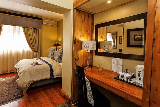 Riverside Guest Lodge: Standard double room. Desk and complimentary coffee facility.