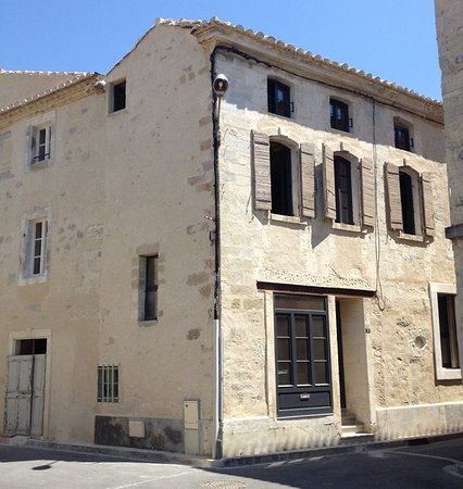 La Casa de Boulbon est située à l'intérieur du village provençal.