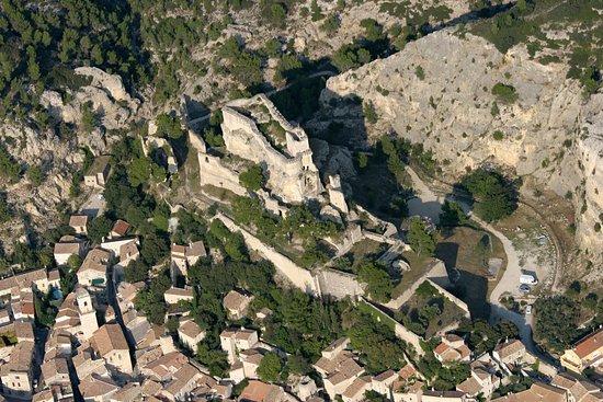 Vue aérienne du village pittoresque de Boulbon.