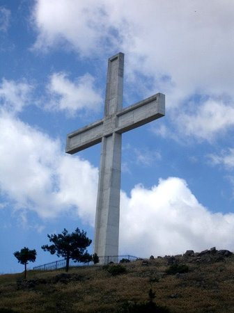 Korce, แอลเบเนีย: The cross at the top of the mountain