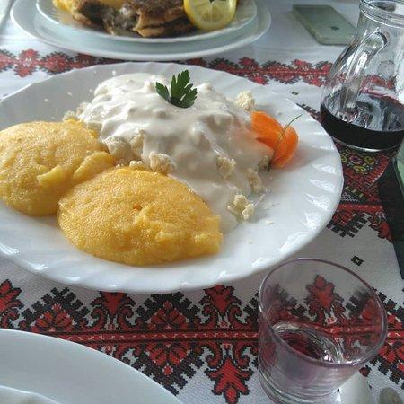 Vama, رومانيا: polenta con formaggio di pecora servito con panna acida