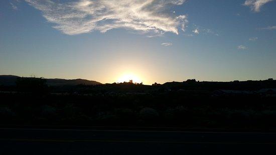 Omak, WA: Sonnenuntergang am Peppertree Inn