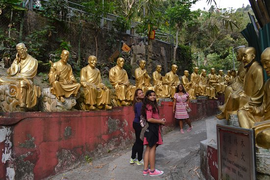 Ten Thousand Buddhas Monastery (Man Fat Sze): Guilded monk-lined trail up to the monastery complex