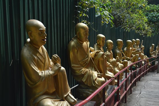 Ten Thousand Buddhas Monastery (Man Fat Sze): Guilded statuary along the trail